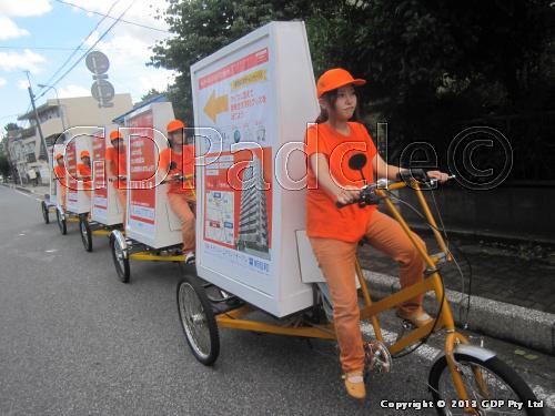 マンション販売の告知!帽子やズボンすべてオレンジカラーに統一いたしました!